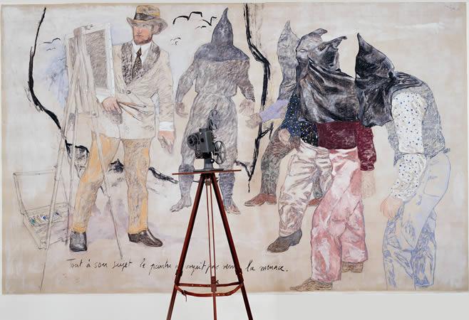 """""""Story Art (avec Encerclement)"""". Fusain, caséine, texte sur toile, pied et projecteur de cinéma. 210 x 340 x 60 cm."""
