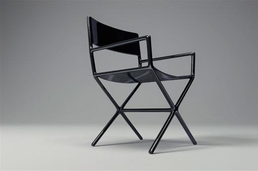 Réinterprétation de la chaise de metteur en scène en fibre de carbone. Dimension 54 x 56 x h 85 cm. Edition limitée.