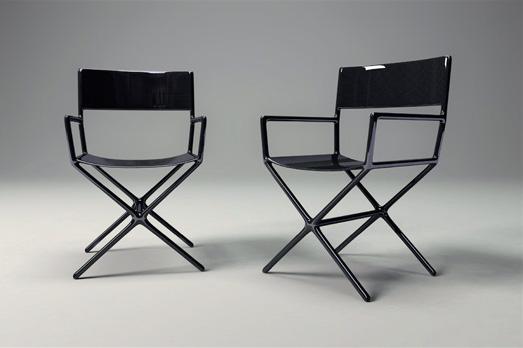 Réinterprétation de la chaise de metteur en scène en fibre de carbone. Dimension 54 x 56 x h 85 cm. Edition limitée