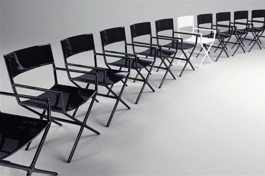 Réinterprétation de la chaise de metteur en scène en fibre de carbone. Dimension 54 x 56 x h 85 cm.